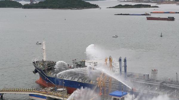 Diễn tập nâng cao kỹ thuật, chiến thuật trong chữa cháy tại Cảng dầu