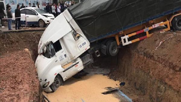 Container gây tai nạn liên hoàn ở TP Hạ Long