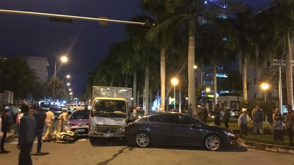 """Lại một vụ xe tải """"đ.iên"""" húc văng ô tô, xe máy đang dừng đèn đỏ"""