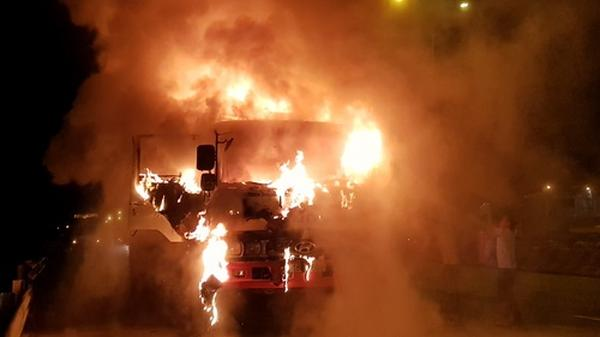 Ôtô tải bốc ch.áy ngùn ngụt trong đêm, tài xế bung cửa thoát thân