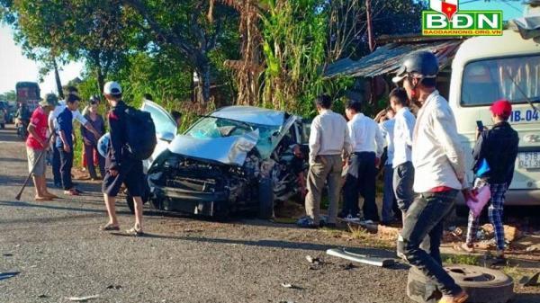 Tây Nguyên: Xe ô tô con đ âm xe khách, lao thẳng vào nhà dân, 2 người bị thương nặng