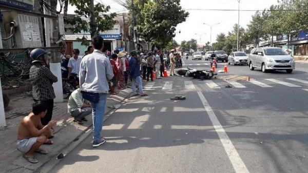 V.a ch.ạm giữa 2 xe máy, 1 người bị ô tô khách c.án ch.ết thương tâm