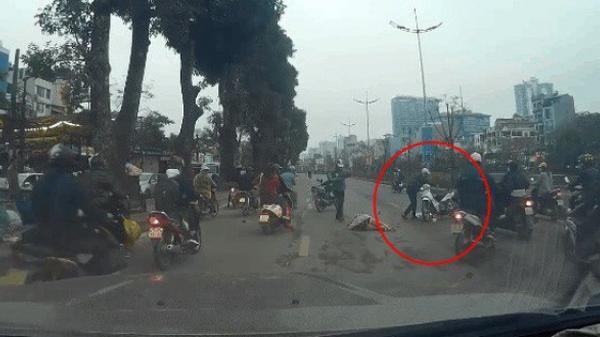 Thanh niên phóng xe đ.âm mạnh người phụ nữ, hành động sau đó của anh ta mới đáng trách