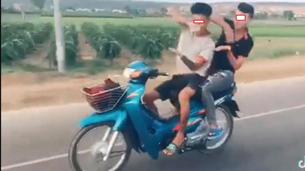 """Đi xe máy thả hai tay """"múa quạt"""", cặp thanh niên nhận cái kết đầy đau th.ương"""