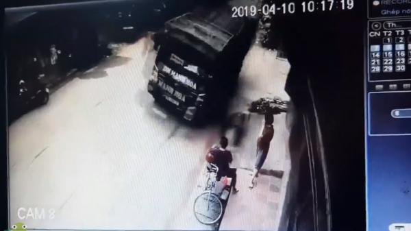 """Đang """"buôn chuyện"""" bên đường, 2 người phụ nữ không ngờ 5 giây sau tai họa ập đến với mình"""