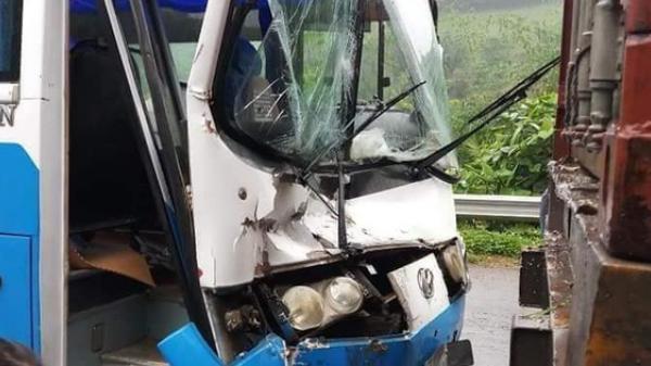 Xe khách mất phanh, tài xế nhanh trí... t.ông vào đuôi xe container để thoát nạn