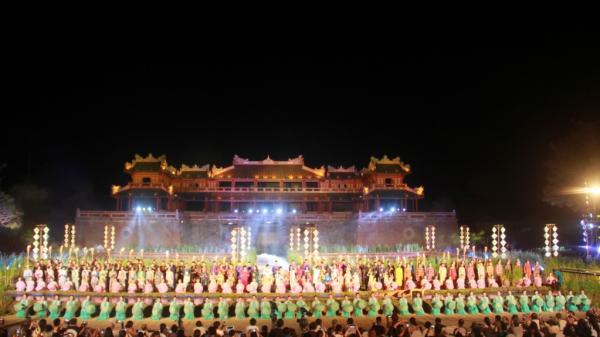 Thướt tha hàng trăm bộ áo dài trên con đường di sản tại Huế