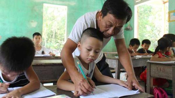 Thầy giáo khuyết tật 30 năm 'cõng chữ' đến người dân nghèo ở Thừa Thiên Huế