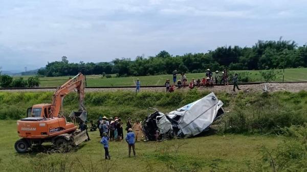 Tàu hỏa tông xe tải nát bét, tài xế bị cán đứt lìa chân đang nguy kịch
