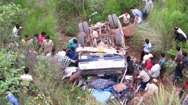 Tai nạn thảm khốc: Xe buýt bất ngờ lao xuống vực, 73 người thương vong
