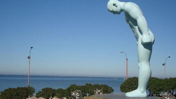 Huế: Đặt tượng 'Người đàn ông cúi chào' ở công viên cạnh sông Hương