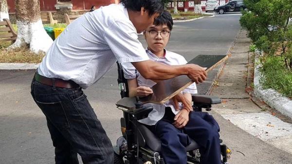Thi THPT quốc gia 2019: Thí sinh khuyết tật làm bài trên xe lăn ở Huế đạt điểm tuyệt đối môn tiếng Anh