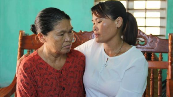"""Mẹ già mừng rơi nước mắt đón con gái trở về sau 24 năm lưu lạc xứ người: """"Tôi không ngờ còn sống để gặp con gái"""""""