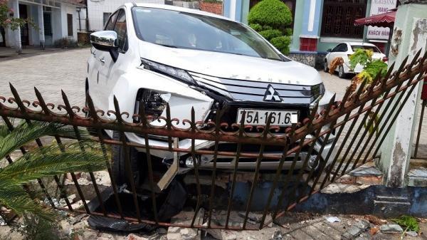 TT-Huế: Ô tô h.úc đổ tường rào gần cây ATM, khách hàng rút tiền hốt hoảng