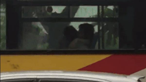 Cặp đôi ngang nhiên 'mây mưa' trước mặt nhiều người trên xe buýt