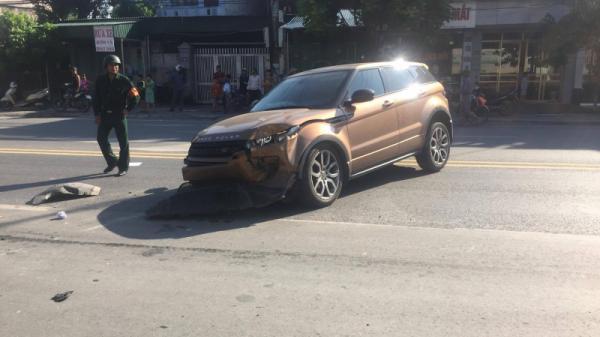 """""""Xế sang"""" Range Rover nát đầu vì đâm cột điện"""