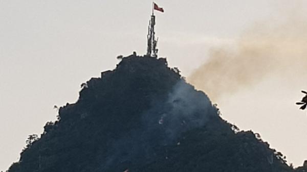 Quảng Ninh: Lửa bùng phát, cháy lớn trên đỉnh núi Bài Thơ