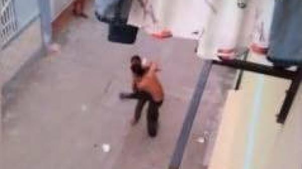 Nữ nhân viên gội đầu chạy khỏi quán với vết cắt lớn ở cổ