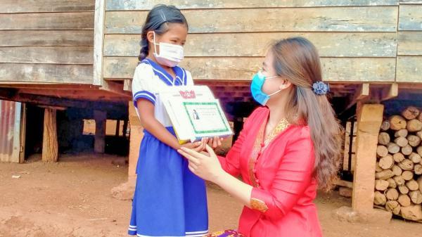 Phòng chống COVID-19: Giáo viên đến tận nhà phát thưởng cho học sinh