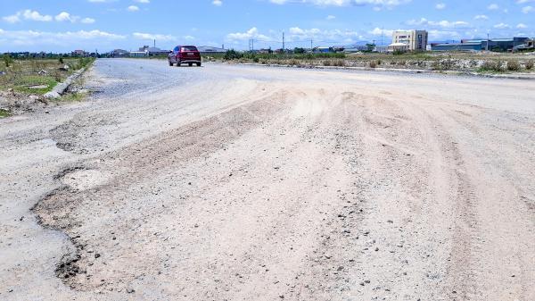 Đường xuống cấp gây ô nhiễm môi trường và tiềm ẩn nguy cơ tai nạn giao thông