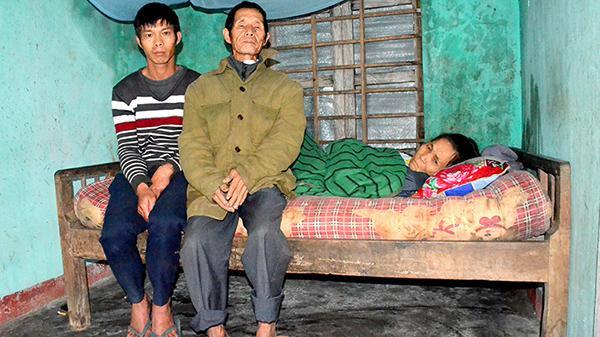 Thân già nuôi vợ liệt giường và con trai ngờ nghệch