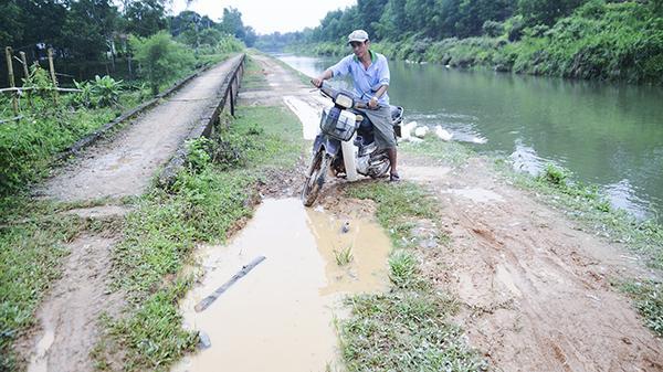"""Người dân Tích Tường khốn khổ vì con đường """"nắng bụi, mưa lầy"""""""