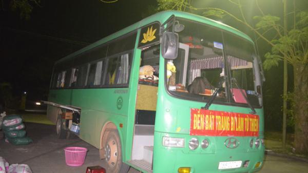 Quảng Trị: Phát hiện ô tô khách dán băng rôn đi làm từ thiện chứa đầy hàng lậu