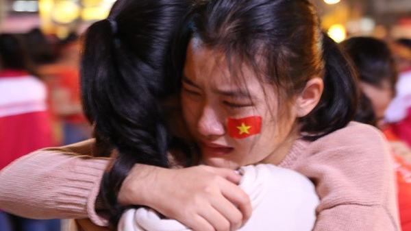 """Lỡ cup vàng ở phút chót, người hâm mộ vẫn hô to """"Việt Nam vô địch"""""""