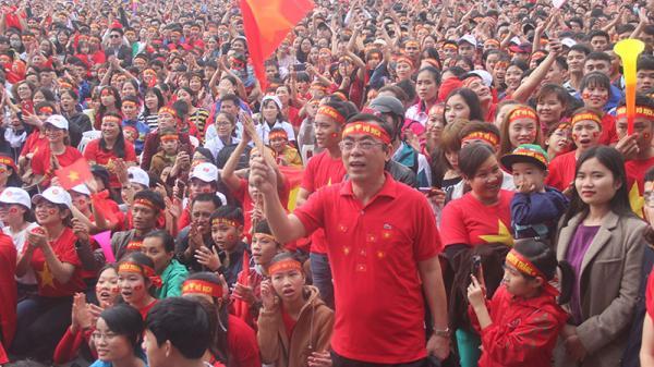 Hàng ngàn cán bộ và nhân dân Quảng Trị cổ vũ hết mình cho U23 Việt Nam trong trận chung kết U23 Châu Á 2018