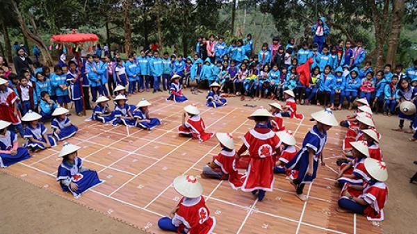 Trường học vùng cao ở Quảng Trị khôi phục cờ người