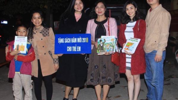 Quảng Trị: Đi bộ trao tặng sách đêm giao thừa