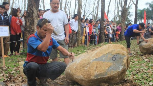 Quảng Trị: Hàng trăm người hồi hộp theo dõi hội thi chẻ đá mồ côi đầu năm