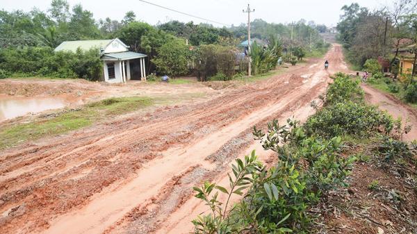 Ẩn họa từ đường hư hỏng, ngập bùn đất