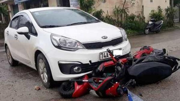 Xe ô tô biển số Quảng Trị va chạm xe máy điện khiến 2 nữ sinh nguy kịch