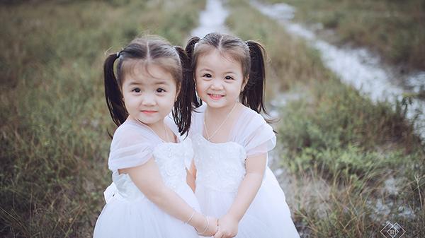 """Cặp song sinh """"đốn đổ"""" trái tim cư dân mạng ở Quảng Trị"""