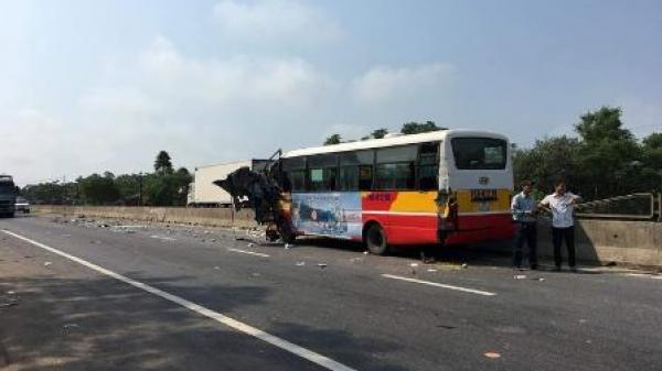 Quảng Trị: Tài xế xe buýt nhảy khỏi xe để thoát thân khi va chạm với xe tải