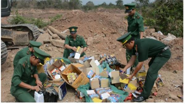 Đồn Biên phòng CKQT Lao Bảo tổ chức tiêu hủy pháo và vật liệu nổ.