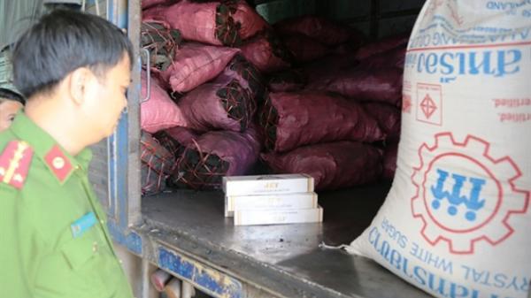 Kiểm tra xe chở than, phát hiện 1.200 gói thuốc và 3 tấn đường nhập lậu