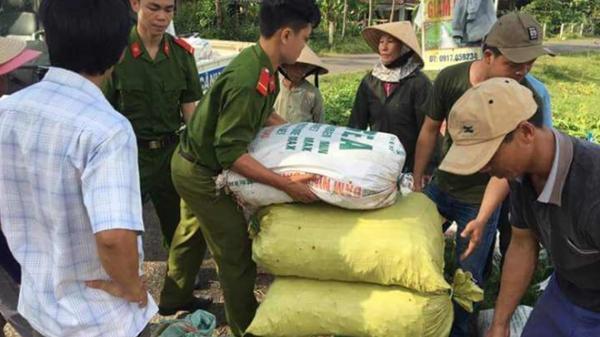 """Quảng Trị: Đoàn viên Thanh niên Công an giúp nông dân """"giải cứu"""" ớt"""