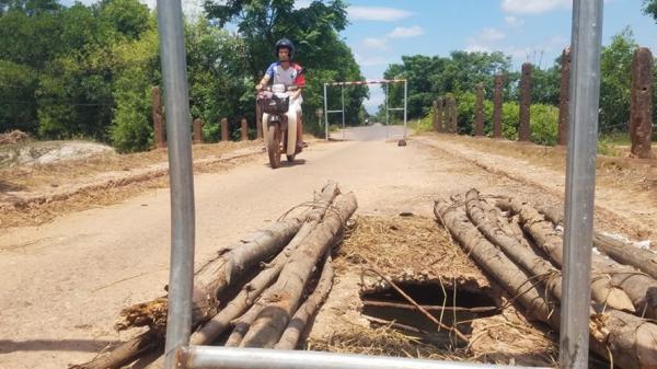Quảng Trị: Cầu Bình An thủng lỗ lớn, người đi đường bất an