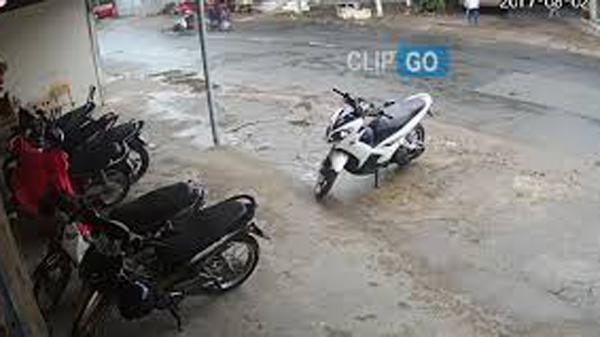 Phóng xe máy với tốc độ 'bàn thờ', gây tai nạn rồi bỏ đi