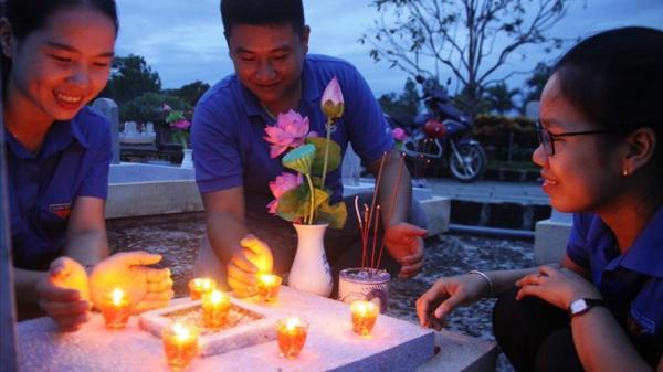 Nghĩa trang sông Thạch Hãn được thắp sáng bởi hàng vạn hoa đăng và nến