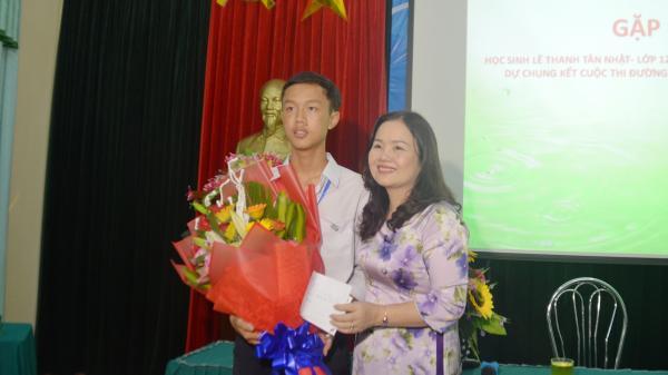 Sở GD&ĐT động viên, trao thưởng em Lê Thanh Tân Nhật trước trận chung kết cuộc thi Đường lên đỉnh Olympia lần thứ 18