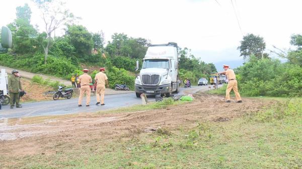 Quảng Trị: Va chạm với xe container, nữ 9x bị th.ương nặng, giao thông ách tắc kéo dài hơn 2km