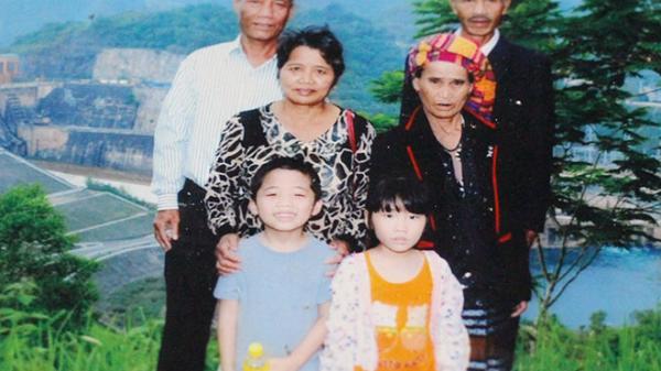 Quảng Trị: Vợ chồng người Vân Kiều nuôi 6 người con và 2 cháu ăn học thành đạt