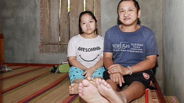 Quảng Trị: Khốn khổ hai bố con mắc bệnh xương thủy tinh