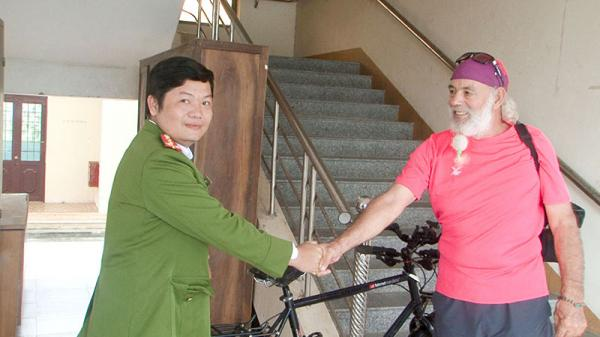 Công an tỉnh Quảng Trị trao trả tài sản bị m.ất c.ắp cho người nước ngoài