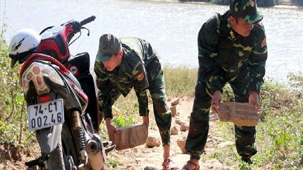 Mục kích cảnh biên phòng phá bẫy buôn lậu giăng bên sông Sê Pôn