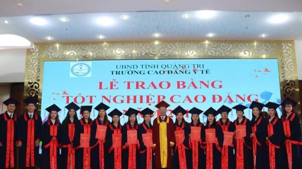 Trường Cao đẳng Y tế Quảng Trị trao bằng tốt nghiệp cho 295 sinh viên