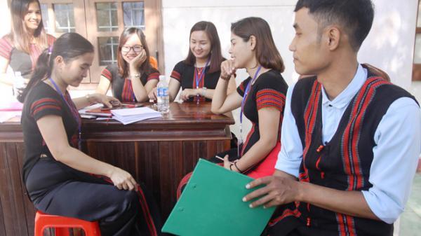 Quảng Trị: Cán bộ xã chọn thổ cẩm của dân tộc Pa Kô để may trang phục công chức